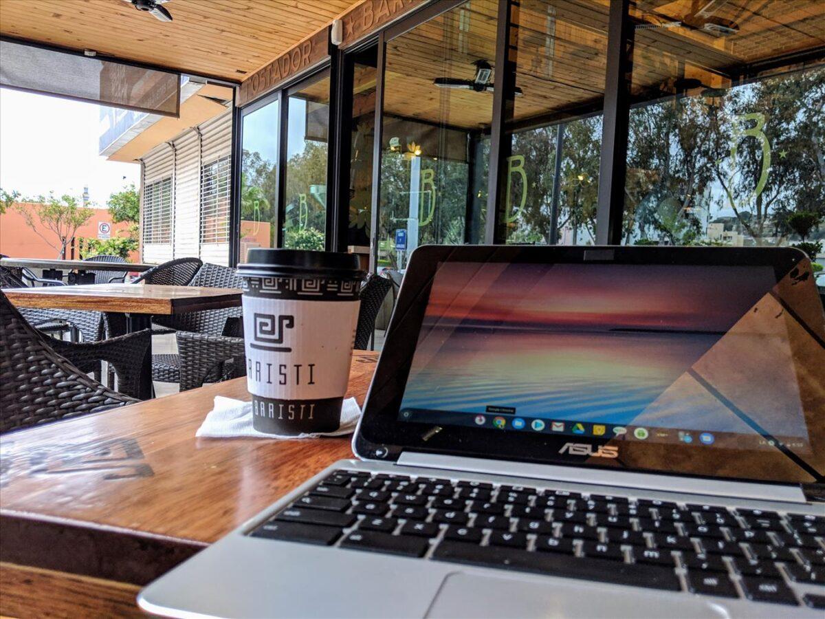 Vaso de Café y Laptop en Tijuana