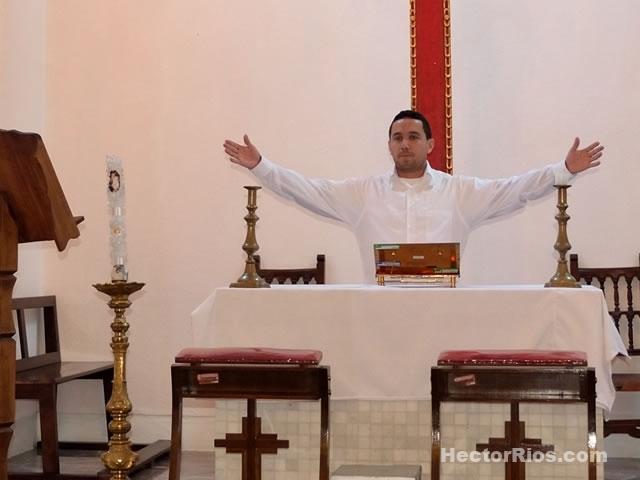 Hector Rios predicando en un templo