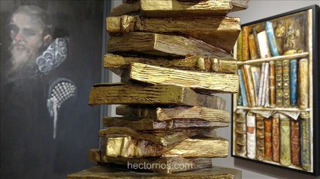 Escultura de libros en museo